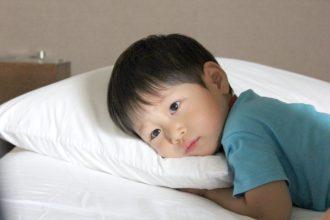 5歳の子供の寝つきが悪く、寝かしつけに困っています。寝具や寝室に問題があるのでしょうか?
